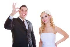 Novio feliz y novia que presentan para la foto de la boda Fotos de archivo