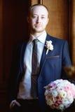 Novio hermoso en traje en el pasillo Fotografía de archivo