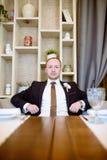 Novio hermoso en traje en el pasillo Imagen de archivo libre de regalías