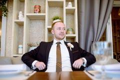 Novio hermoso en traje en el pasillo Fotos de archivo libres de regalías