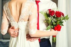 Novio Hugging Bride imagen de archivo