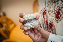 Novio indio que lleva a cabo el anillo Foto de archivo