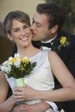 Novio Kissing Bride imagen de archivo libre de regalías