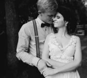 Novio que abraza suavemente a su novia Fotos de archivo