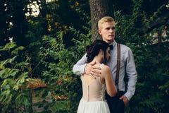 Novio que abraza suavemente a su novia Imagen de archivo libre de regalías
