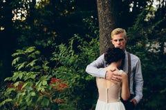 Novio que abraza suavemente a su novia Imágenes de archivo libres de regalías