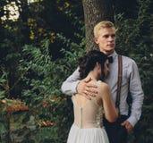 Novio que abraza suavemente a su novia Fotos de archivo libres de regalías