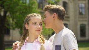 Novio que besa blando a la novia, mirando uno a, relación de las adolescencias metrajes