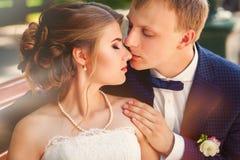 Novio que besa a la novia en imagen del primer del banco imagenes de archivo