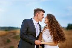 Novio que besa a la novia en su día de boda foto de archivo