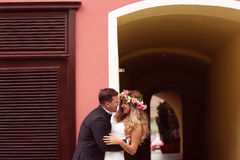 Novio que besa a su novia Fotografía de archivo