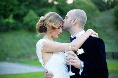 Novio que besa a su novia Imágenes de archivo libres de regalías