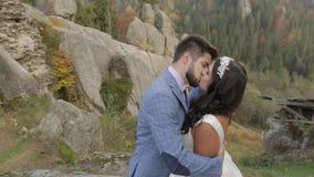 Novio que camina con la novia en las colinas de una montaña en los pares de la boda del bosque almacen de metraje de vídeo