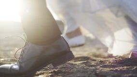 Novio que camina en la arena almacen de video