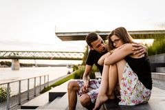 Novio que consuela a su novia infeliz Imágenes de archivo libres de regalías