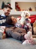 Novio que da el perro de perrito como regalo de Navidad a la novia Fotos de archivo libres de regalías