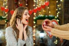 Novio que da su anillo de la novia en el día del ` s de la tarjeta del día de San Valentín Foto de archivo libre de regalías