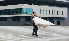 Novio que gira a su novia Imagen de archivo libre de regalías