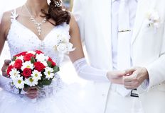 Novio que guarda la mano de la novia Imagen de archivo libre de regalías