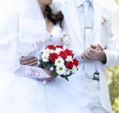 Novio que guarda la mano de la novia Imágenes de archivo libres de regalías