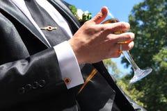 Novio que sostiene el champán de cristal Fotos de archivo libres de regalías