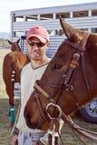Novio sonriente con el caballo imagenes de archivo