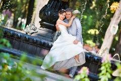 Novio y la alegría de la novia Foto de archivo libre de regalías