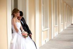 Novio y la novia en el palacio foto de archivo