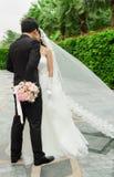 Novio y novia con el ramo de las flores de la boda Imagen de archivo libre de regalías
