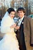Novio y novia con los vidrios de champán Fotos de archivo