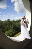 Novio y novia en fondo arquitectónico moderno Imagen de archivo