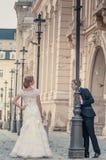 Novio y novia en la calle Fotos de archivo