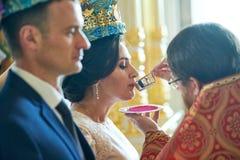 Novio y novia en la ceremonia que se casa en la iglesia imagen de archivo libre de regalías