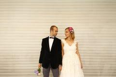 Novio y novia en la ciudad Foto de archivo libre de regalías
