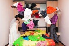 Novio y novia en un dormitorio Imágenes de archivo libres de regalías