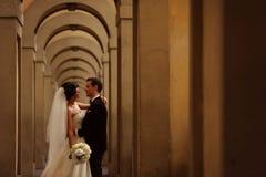 Novio y novia en un vestíbulo Foto de archivo libre de regalías