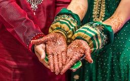 Novio y novia indios con la pintura de la alheña Imagenes de archivo