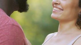 Novio y novia que abrazan en el parque, mirando uno a, proximidad almacen de metraje de vídeo
