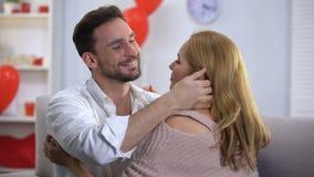 Novio y novia que abrazan la nariz de la señora del hombre que se besa blando, relaciones dulces metrajes