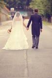 novio y novia que caminan en el camino Imagenes de archivo