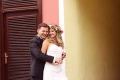 Novio y novia que se abrazan Imagenes de archivo