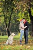 Novio y novia que se besan en el parque Fotos de archivo
