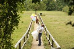 Novio y novia que se divierten con los baloons Foto de archivo