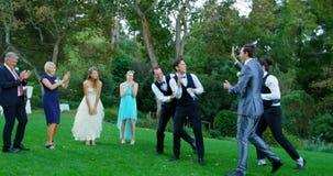 Novio y padrinos de boda que gozan cogiendo el lanzamiento 4K 4k de la liga almacen de video