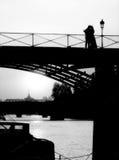 Novios en París Fotografía de archivo libre de regalías