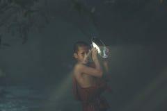 Novis som spelar med ljus Royaltyfri Fotografi