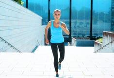 Novo, ajuste e menina moreno desportiva no sportswear Mulher que faz os esportes exteriores fotos de stock