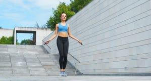 Novo, ajuste e menina moreno desportiva no sportswear Mulher que faz os esportes exteriores foto de stock