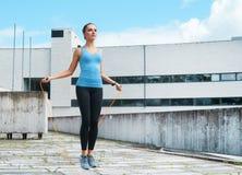 Novo, ajuste e menina moreno desportiva no sportswear Mulher que faz os esportes exteriores fotografia de stock