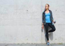 Novo, ajuste e menina moreno desportiva no sportswear Mulher que faz os esportes exteriores foto de stock royalty free